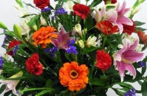 Centro de flores variadas para el día de Todos Los Santos