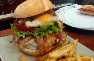 Deliciosa hamburguesa casera + nachos
